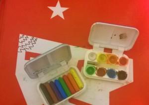 Primeiros materiais quando comecei a pintar: giz de cera e aquarela de lembrancinha de festa de criança e um caderno do Che Guevara.